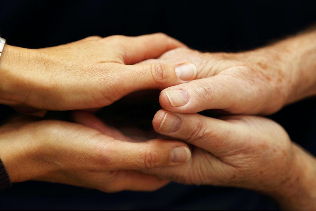 mains serrées de père en fils
