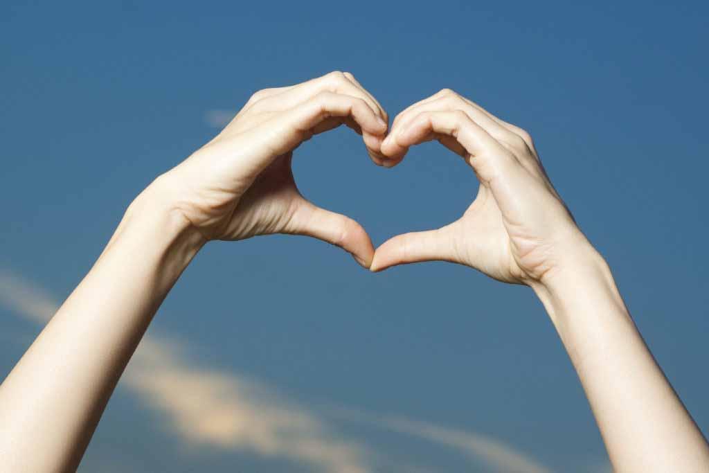 des mains en forme de coeur
