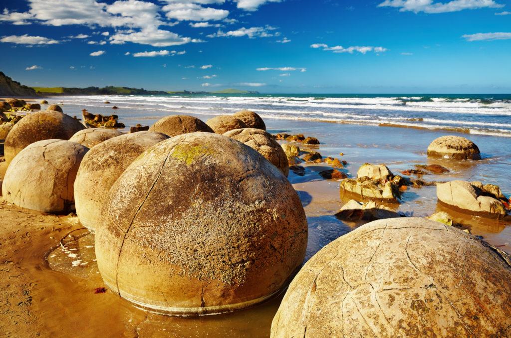 Grandes Septaria brutes sur la plage de Moeraki en Nouvelle-Zélande